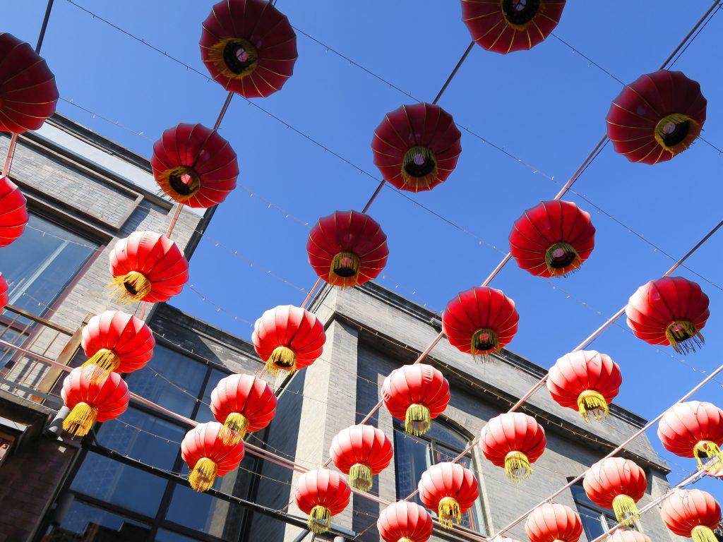 Lanternes au dessus d'un hutong