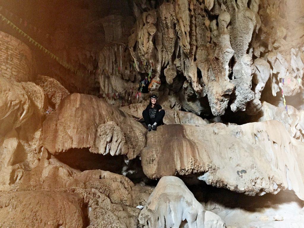 Laura dans une grotte