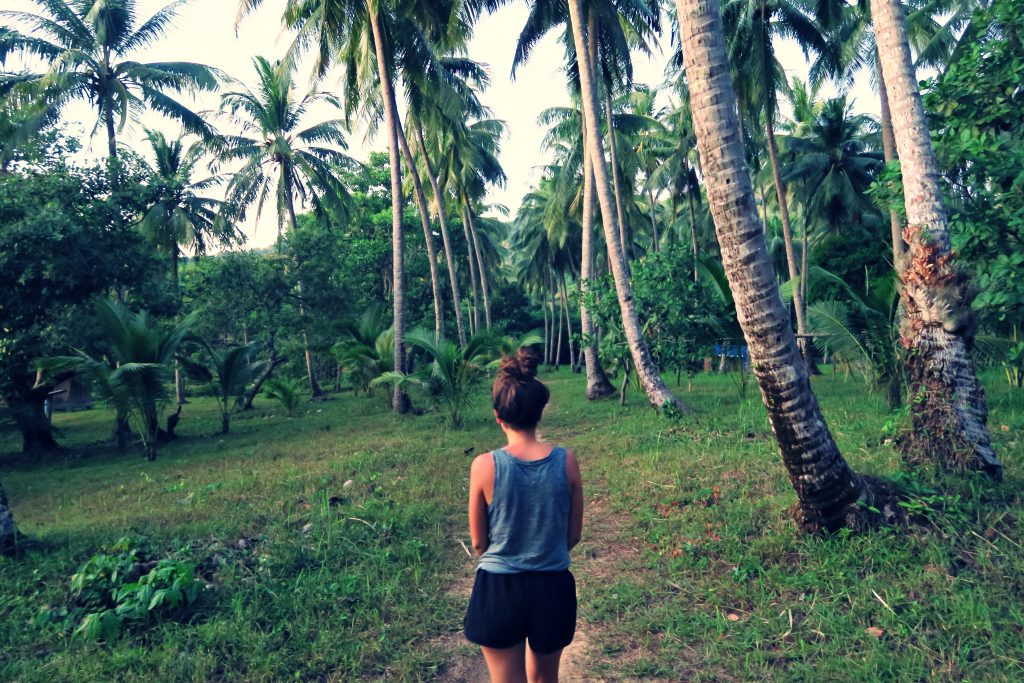 Laura sous les cocotiers